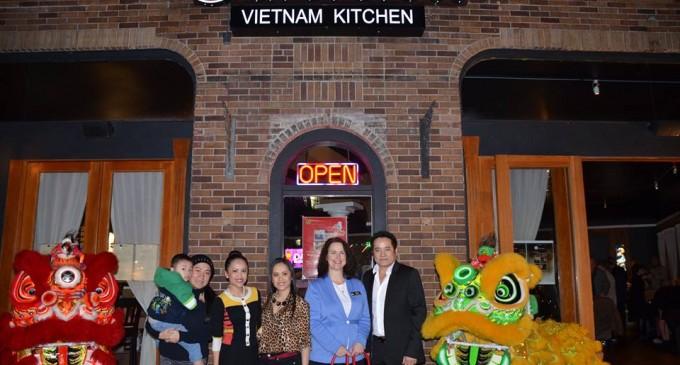Bạn trẻ khai trương nhà hàng thức ăn Việt trong dòng chính