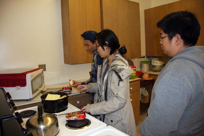 Bạn trẻ tình nguyện nấu bữa ăn phục vụ cuối tuần