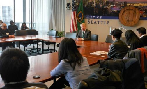 Thị Trưởng Seattle Murray gặp gỡ báo chí thiểu số về Mức Lương Tối Thiểu..