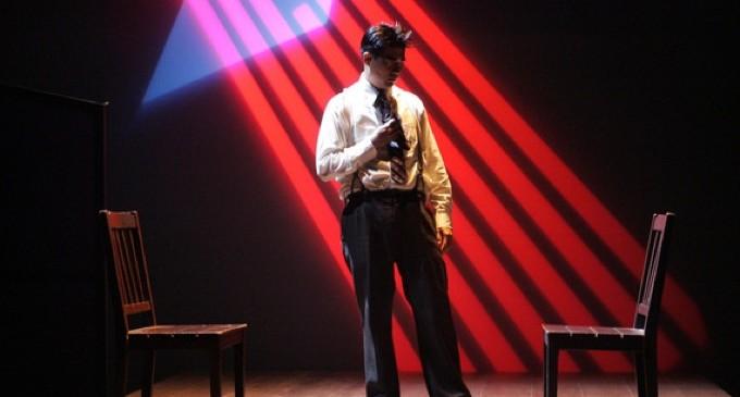 """Một vở diễn cảm động: """"Hold These Truths""""  trình diễn tại Nhà hát ACT"""