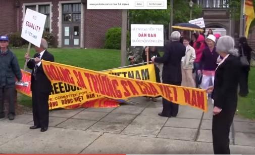 Cộng Đồng Người Việt Quốc Gia Tacoma biểu tình: Tập Cận Bình đến Tacoma-  Báo chí trong tiểu bang đưa tin về cuộc thăm viếng của   Tập Cận Bình