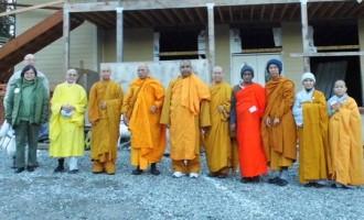 Phái đoàn hành hương từ  Portland thăm Seattle  do Hoà Thượng Thích Minh Thiện với hàng trăm Phật Tử..