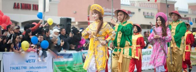 Hoa Hậu Hồng Sâm trong vai Trưng Trắc trong cuộc diễn hành Tết truyền thống tại Quận Cam
