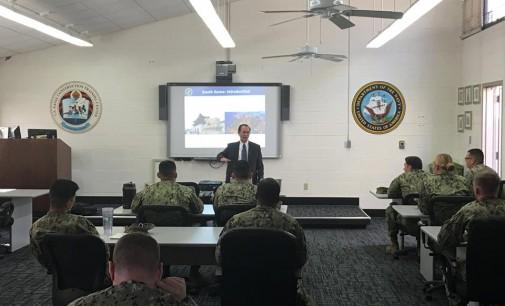 Giáo sư Quyên Di thuyết trình cho các nhóm sĩ quan Hải Quân Hoa Kỳ về văn hoá Việt Nam