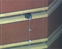 Hai tù nhân ở Oklahoma, dùng khăn trải giường cột thành dây, vượt ngục từ tầng 12