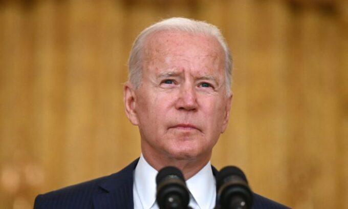 Tổng thống Joe Biden nói về vụ tấn công khủng bố tại Phi trường Quốc tế Hamid Karzai, về các thành viên quân vụ Hoa Kỳ và các nạn nhân Afghanistan bị sát hại và bị thương, tại Phòng Đông của Tòa Bạch Ốc, Hoa Thịnh Đốn, hôm 26/08/2021. (Ảnh: Jim Watson/AFP/Getty Images)